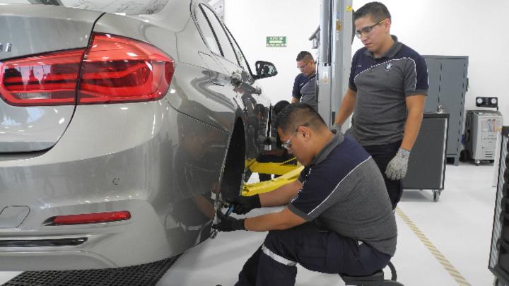 BMW Mitarbeiter an einem Fahrzeug in einem Ausbildungszentrum in Mexiko