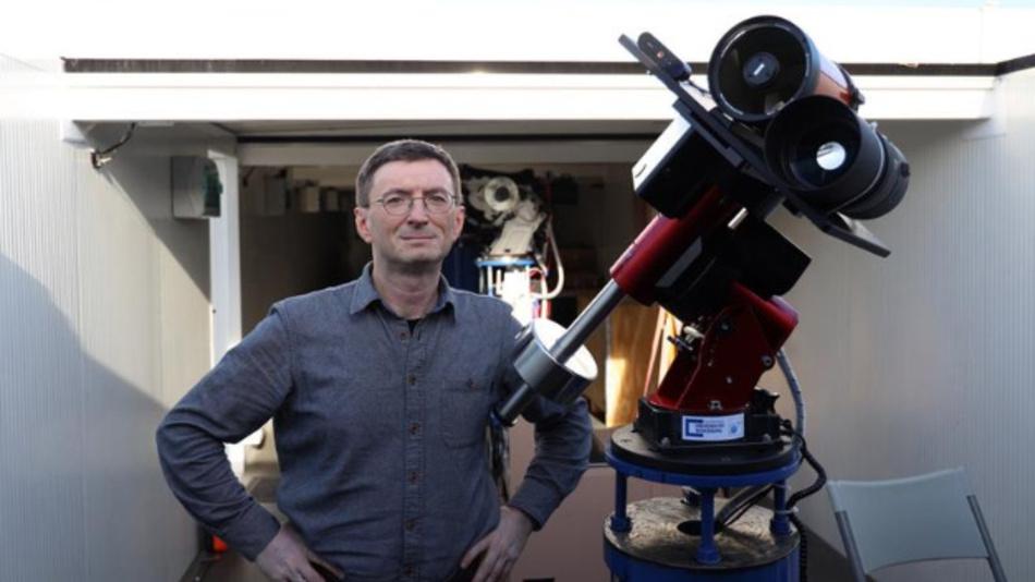 Professor Hakan Kayal neben dem Mondteleskop.