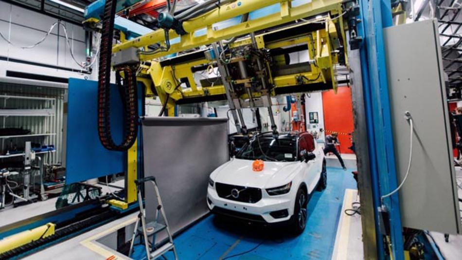 Um Fahrradfahrer künftig besser zu schützen, arbeitet Volvo mit POC an Crashtests für Fahrradhelme. Während dieser Tests tragen Crashtest-Dummys Fahrradhelme : Montiert auf einem Prüfstand, treffen sie mit verschiedenen Geschwindigkeiten und in verschiedenen Winkeln auf unterschiedliche Bereiche einer Motorhaube.