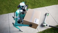 Roboter-Postbote mit Paket von oben fotografiert