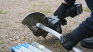 Das Akku-Schneidwerkzeug RS 6-A in Anwendung beim Kabeldurchschneiden.