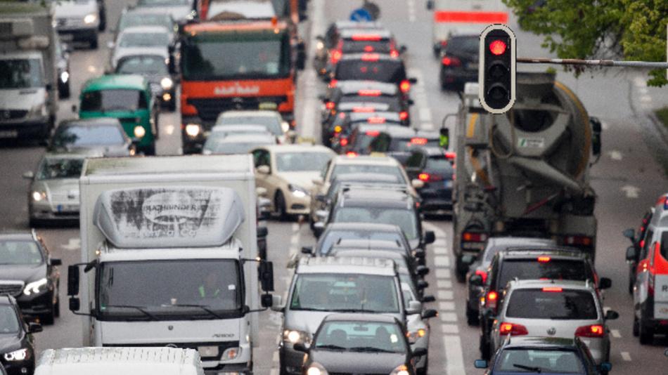 Dichtgedrängt fahren Fahrzeuge im morgendlichen Berufsverkehr auf der Prinzregentenstraße in München.