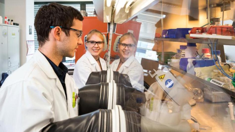 Prof. Dr. Tom Nilges Mitarbeiter Dr. Claudia Ott und Doktorand Felix Reiter in ihrem Labor in Garching.