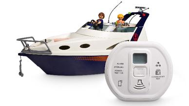 Kohlenmonoxidwarnmelder vor Symbolischem Playmobil-Boot