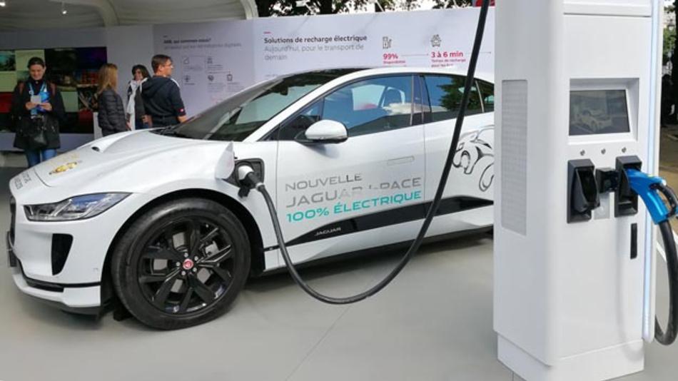 BMW und Jaguar Land Rover kooperieren bei zukünftiger E-Antriebstechnologie. BMW sammelt seit der Markteinführung des i3 im Jahr 2013 umfassende Erfahrung beim Thema E-Mobilität, Jaguar Land Rover stellte seine Kompetenz mit der Einführung des hier abgebildeten I-Pace unter Beweis.