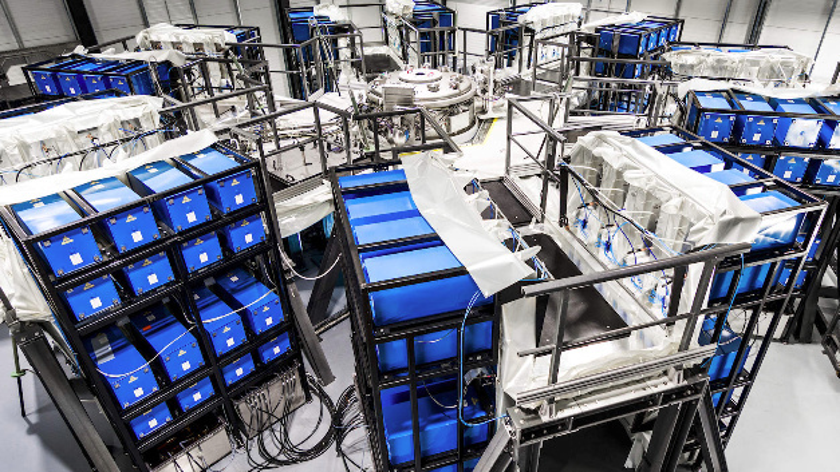 Trägheitsfusionsreaktor: Insgesamt sechs Kondensatorbänke werden synchron entladen. Der Stromfluss erzeugt ein Magnetfeld, mit dem ein Projektil auf 20 km/s beschleunigt wird.