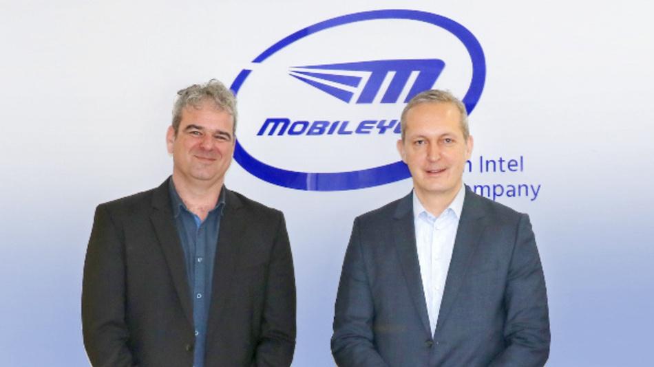 Bei der Besprechung über nachrüstbare Kollisionsvermeidungsprodukte für Nutzfahrzeuge auf dem europäischen Markt (von links nach rechts): Lior Sethon (Mobileye) und Alexander Wagner (Knorr-Bremse).