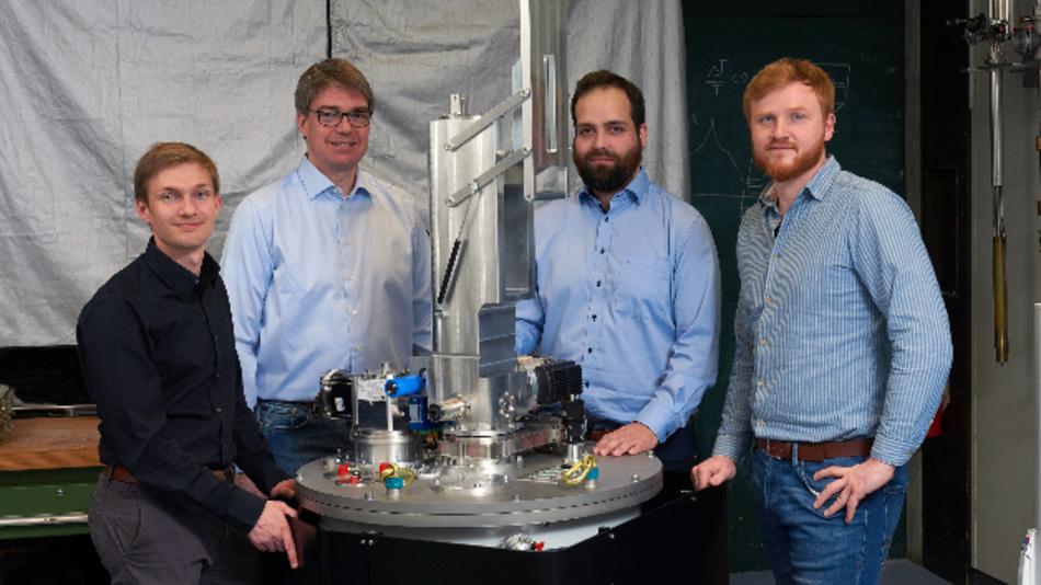 Das Gründerteam von Kiutra mit ihrem Tieftemperaturkühler (v.l.n.r.): Alexander Regnat, Prof. Christian Pfleiderer, Jan Spallek und Tomek Schulz.