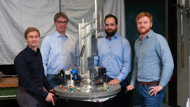 The founding team of Kiutra with their cryogenic cooler (f. l. t. r.): Alexander Regnat, Prof. Christian Pfleiderer, Jan Spallek and Tomek Schulz.