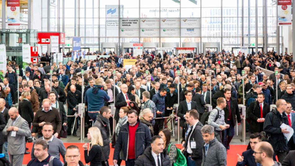 Ansturm am Eingang West: 2017 zählte die productronica 44.000 Besucher aus 85 Ländern.