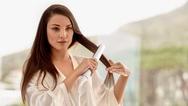 """Der """"Philips MoistureProtect""""-Haarglätter passt die Temperatur an die Bedürfnisse des Haars und erhält ihre natürliche Feuchtigkeit."""