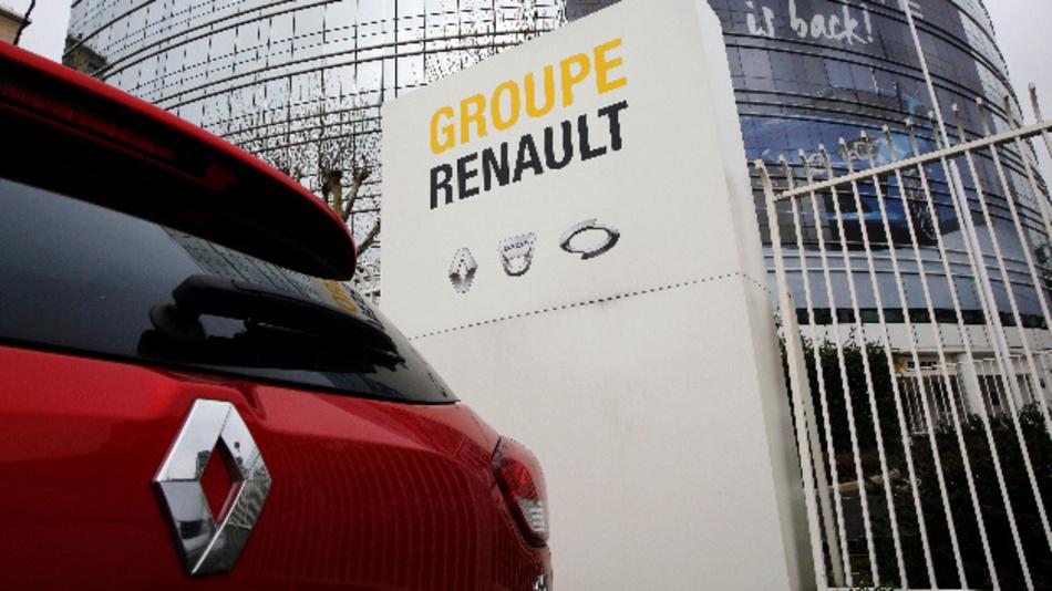 Ein Renault steht auf einem Parkplatz vor der Zentrale des französischen Autoherstellers.