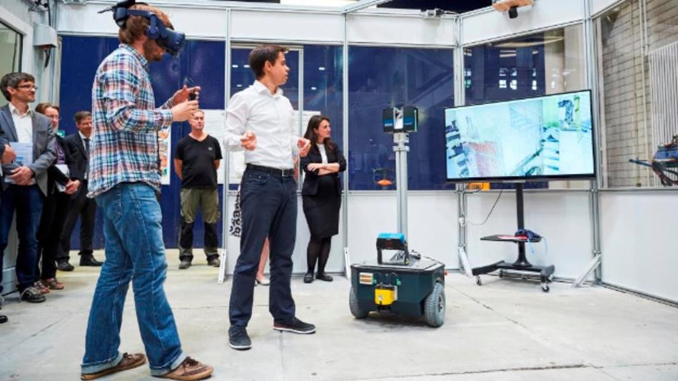Besucher am KIT lernen den Gammabot kennen: Damit werden hochgenaue 3D-Raumgeometrien, thermische Aufnahmen sowie Gammaspektrometrien erfasst.