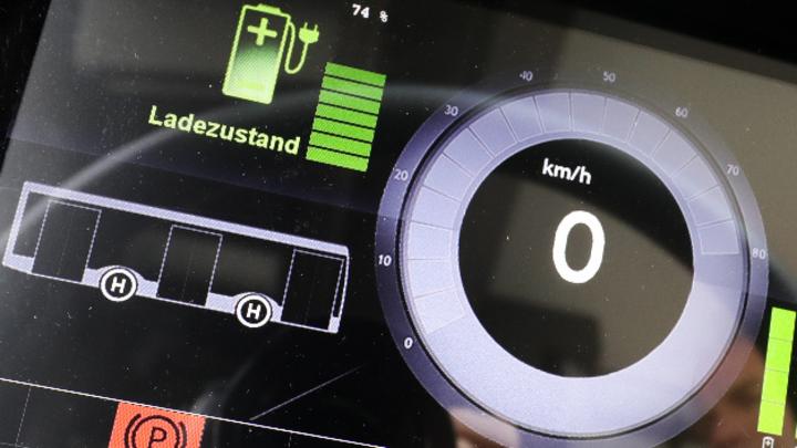Die Tachometeranzeige mit Ladezustand in einem Elektrobus »Solaris Urbino 12«.