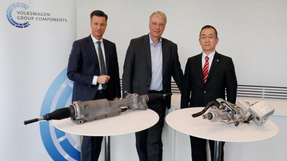 Die Vereinbarung zwischen Volkswagen und NSK unterschrieben der Vorstandsvorsitzende der Volkswagen Group Components, Thomas Schmall (links), der Volkswagen-Vorstand Dr. Stefan Sommer (Mitte), und Masatada Fumoto, Chief Executive Officer von NSK Europe (rechts).