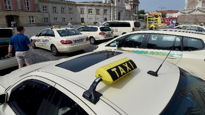 Taxifahrer vor dem Landtag Brandenburg