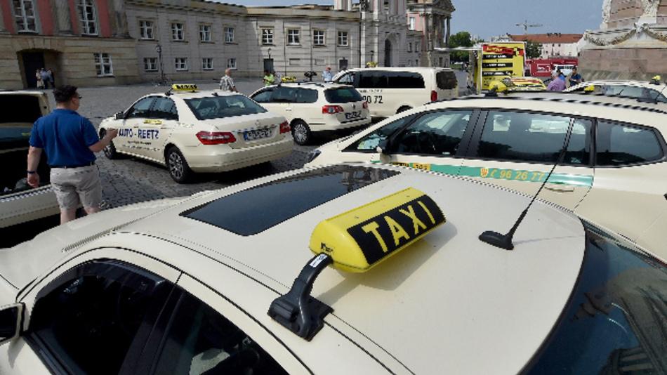 Taxifahrer protestieren mit ihren Fahrzeugen vor dem Landtag Brandenburg.