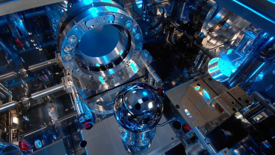 Wie alle anderen Einheiten wird auch das Kilogramm ab dem 20. Mai 2019 über eine Naturkonstante definiert. Mit dem Avogadro-Experiment zählt man Atome in einer perfekten Siliziumkristallkugel.