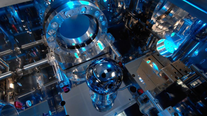 Like all other units, the kilogram has been defined by a natural constant since 20 May 2019. The Avogadro experiment counts atoms in a perfect silicon crystal sphere.
