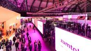 Blick auf Messehalle in lila Licht