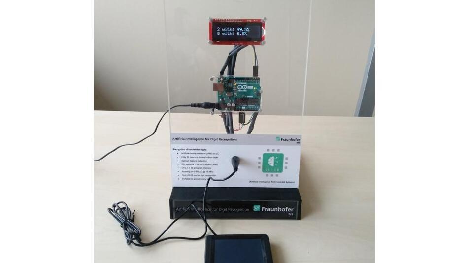 AIfES-Demonstrator zur Handschriftenerkennung. Alle Funktionen sind auf dem Arduino UNO integriert. Er liest die Sensorwerte des Touchpads ein, führt die Ziffernerkennung durch und gibt das Resultat über das Display aus.