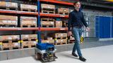 Christoph Allmacher, Wissenschaftlicher Mitarbeiter der Professur Werkzeugmaschinenkonstruktion und Umformtechnik der TU Chemnitz, testet in einem Logistik-Umfeld das fahrerlose Transportsystem.