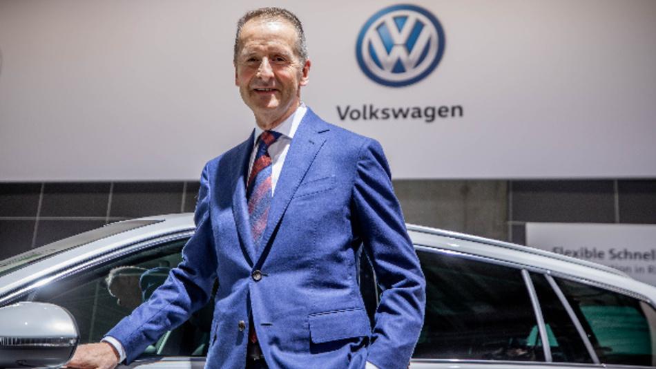 Herbert Diess, Vorstandsvorsitzender der Volkswagen AG, steht zu Beginn der Volkswagen-Hauptversammlung vor einer seriennahen Studie eines VW Passat.