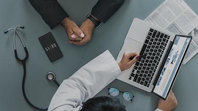 Kommunikation auf Augenhöhe: Der Patient der Zukunft bringt sich proaktiv in seine Behandlung ein.