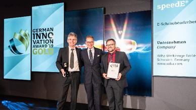 Holger Knaust (links) und Andreas Beh (rechts) nehmen stellvertretend für ihre Entwickler-Kollegen und das ganze Wiha-Team die Gratulation von Andrej Kupetz, CEO des German Design Council (Mitte), in Berlin entgegen.
