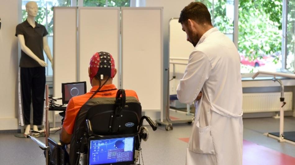 Patient mit Querschnittlähmung steuert den Rollstuhl mit seinen Gedanken.