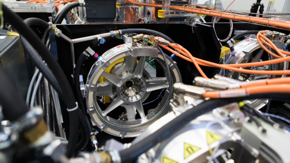 Das von Siemens entwickelte Antriebssystem für den CityAirbus. Kernstück des Antriebssystem ist der neu entwickelte Motor SP200D. Der speziell für diesen Anwendungsfall entwickelte 200-kW- Elektroantrieb hat eine Drehmomentdichte von 30Nm/kg – mit einem Gewicht von unter 50 kg wird ein Nenndrehmoment von etwa 1500 Nm generiert.