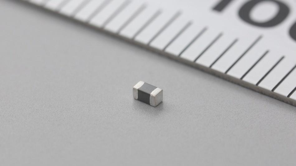 Die vier neuen SMD-Ferrit-Entstörfilter der Serie BLM18DN_SH von Murata sind für Automobil-Netzwerke ausgelegt, die die PoC-Technik (Power over Coax) mit hohen Impedanzen, hohen Frequenzen und Strömen bis zu 1400 mA nutzen. Die neue Serie verwendet eine besondere, von Murata entwickelte interne Elektrode, die eine Reduzierung der Abmessungen auf nur 1,6 mm x 0,8 mm (1608) ermöglicht, während gleichzeitig ein Gleichstromwiderstand von maximal 0,12 Ω und ein maximaler Nennstrom von 1400 mA erreicht wird, verbunden mit der Eignung für Frequenzen bis 1 GHz. Die für Temperaturen bis zu +125 °C ausgelegten Bauteile eignen sich unter anderem für das Design der Bias-Tee-Schaltungen in PoC-Implementierungen und für Anwendungen, die einen weiten Frequenzbereich abdecken müssen. Die Bauelemente sind AEC-Q200-qualifiziert und erleichtern damit das Erlangen der Systemzulassung.