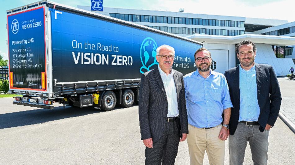 Wilhelm Rehm, Vorstandsmitglied von ZF und verantwortlich für Nutzfahrzeugtechnik, bei der Fahrzeugübergabe der Flüssigerdgas-Lastwagen des Modells Iveco Stralis NP, zusammen mit Jochen Abt, Geschäftsführer der Lakner Gruppe und Patrik Pohl, Verkaufsleiter Deutschland bei Iveco.