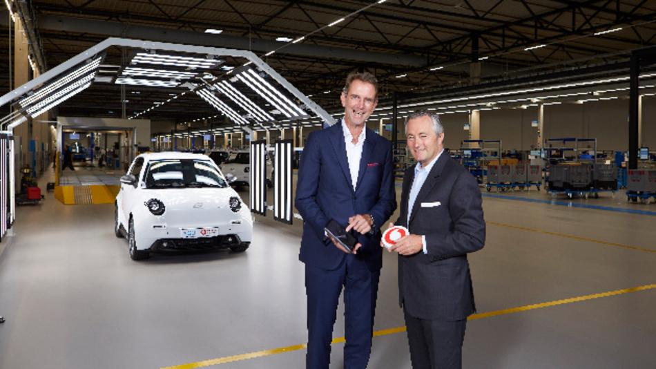 Prof. Günther Schuh (CEO e.GO Mobile AG) und Hannes Ametsreiter (CEO Vodafone Deutschland) nehmen das 5G-Netz im Aachener Werk von e.GO in Betrieb.