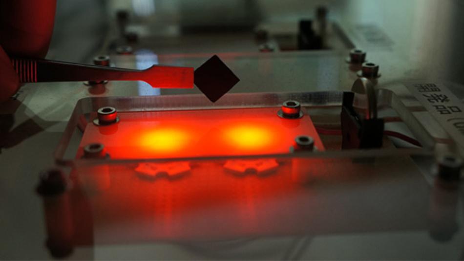 Graphen-Mesoschwämme (oben in der Pinzette) und ein daraus gefertigeter Superkondensator, der mit zwei LEDs verbunden ist.