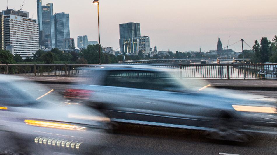 Autos fahren über die Friedensbrücke in Frankfurt am Main.