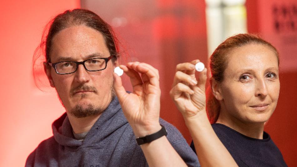 Paul King (links), einer der leitenden Forscher des Projekts bei Nokia Bell Labs, und Dr. Lorraine Byrne, Geschäftsführerin von AMBER, zeigen Prototypen des neuen Akkus.