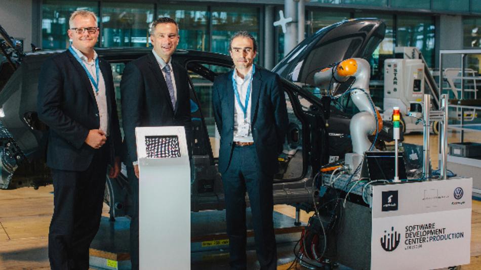 Bei der Eröffnung des Software Development Centers (von links nach rechts): Kai Siedlatzek (Geschäftsführer Finanz & Controlling Volkswagen Sachsen), Martin Dulig (Sächsischer Minister für Wirtschaft, Arbeit und Verkehr) und Peter Garzarella (Leiter IT-Softwareentwicklung Volkswagen Konzern).