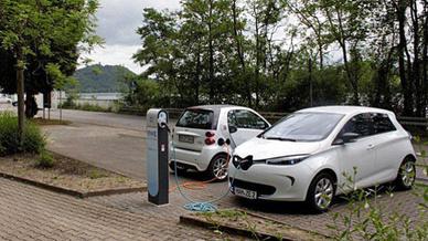 Es sollen mehr Ladesäulen entstehen, um der Elektromobilität Schub zu geben.
