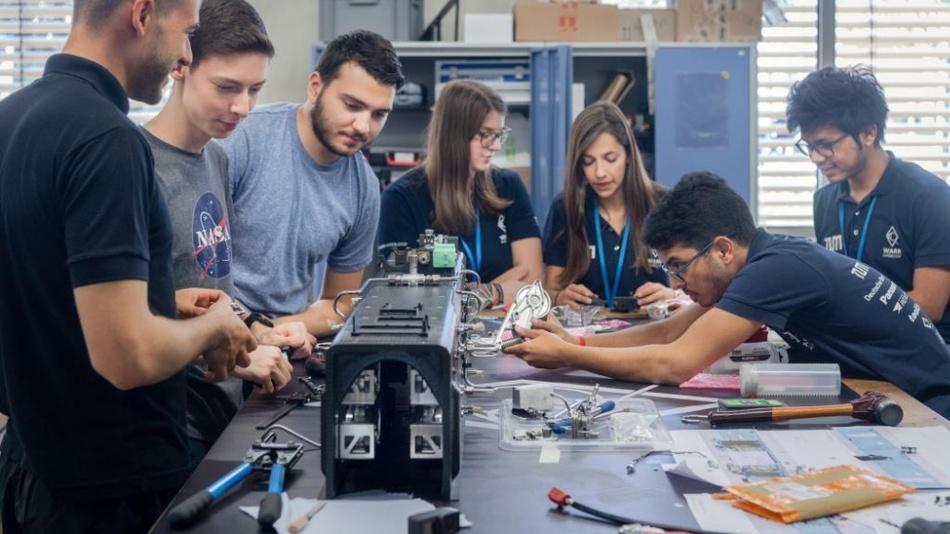 Letzte Vorbereitungen vor Fertigstellung des Hyperloop 2019 (v.l.n.r.): William Bittner, Sebastian Rink, Filip Milikić, Lisa Küpper, Ana Eloisa Garcia, Kiran SK, Archishman Roy.