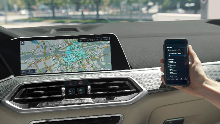 BMW eDrive Zone im Fahrzeugdisplay und Smartphone mit App