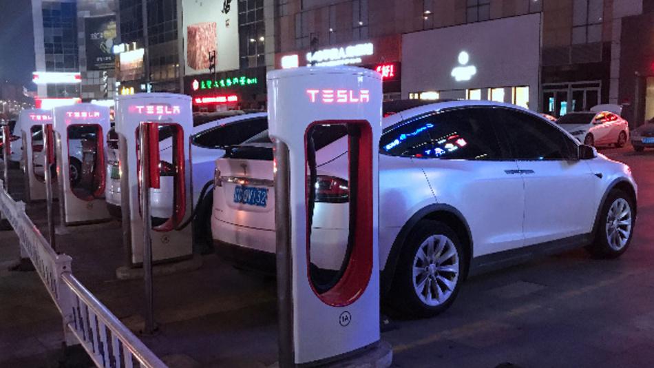 Autos von Tesla stehen an den Elektro-Ladestationen in der nordostchinesischen Provinz Liaoning.