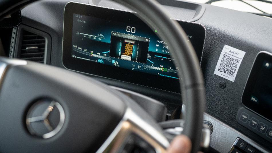 Aktive Längs- und Querführung mit dem Active Drive Assist: Die Position des Lkw in der Spur und der Abstand zum vorausfahrenden Fahrzeug lassen sich vom Lenkrad aus in mehreren Stufen einstellen.