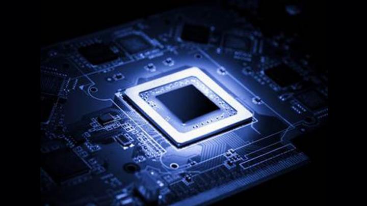 Blauer Chip auf blauer Leiterplatte