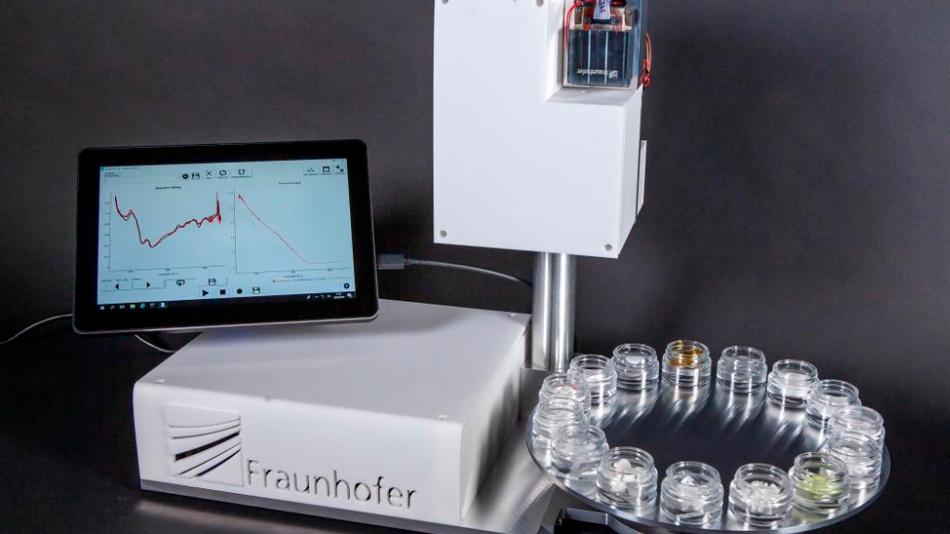 Forscher des Fraunhofer IAF stellen den Demonstrator des Messsystems auf der diesjährigen »Laser World of Photonics« vor.