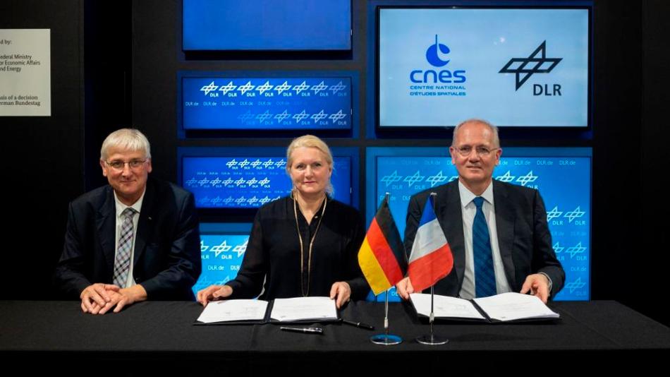 Bei der Vertragsunterzeichnung (v.l.n.r.): Prof. Hansjörg Dittus, DLR-Vorstand, Prof. Pascal Ehrenfreund, DLR-Vorstandsvorsitzende und Jean-Yves Le Gall, CNES-Präsident.