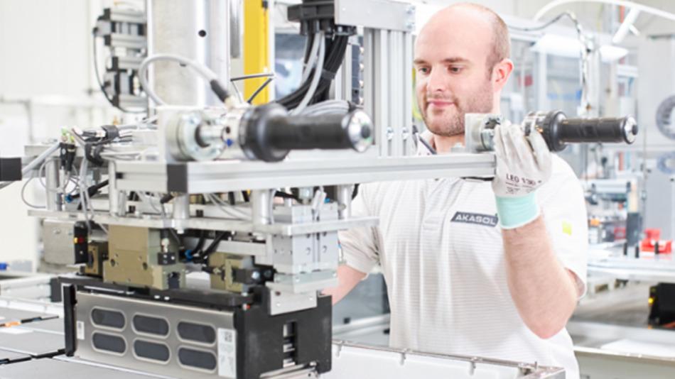 Mitarbeiter von Akasol in der Produktion von Batteriesystemen.