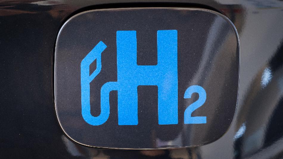 »H2« auf der Tankklappe eines Fahrzeugs.