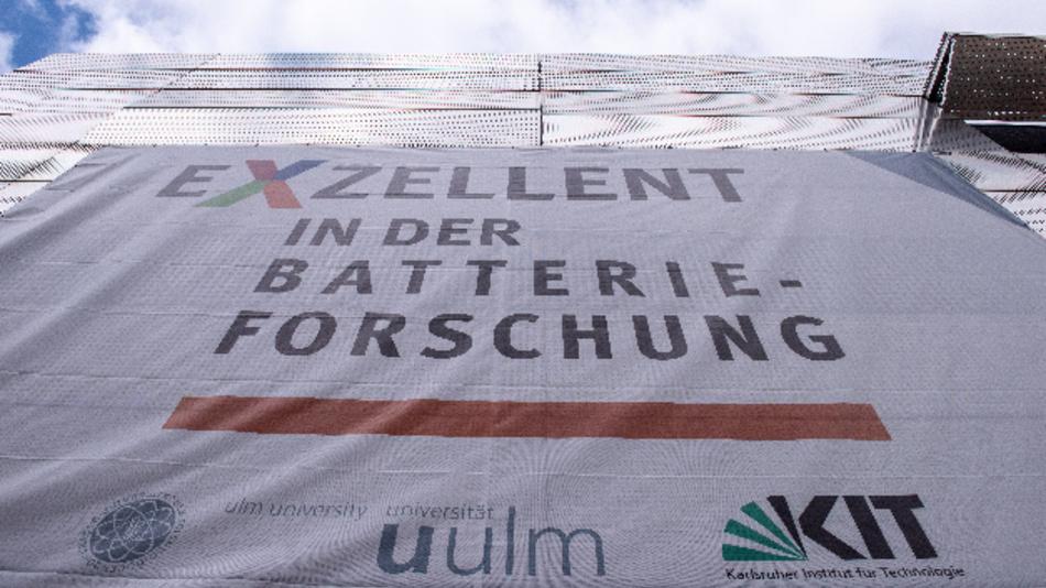 »Exzellent in der Batterieforschung« steht auf dem Transparent an der Fassade des Helmholtz-Instituts.