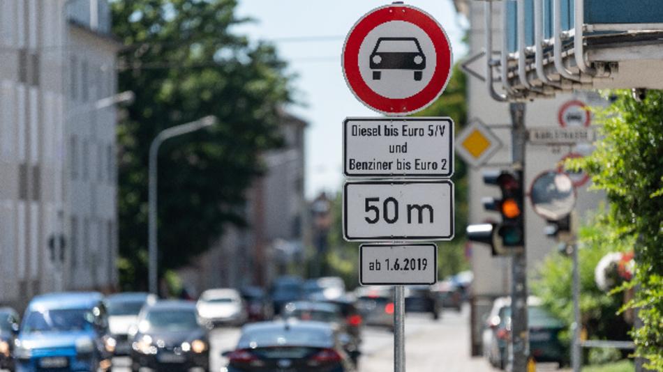 Schild mit der Aufschrift »Diesel bis Euro 5/V und Benziner bis Euro 2 ab 1.6.2019« in der Heinrichstrasse in Darmstadt.